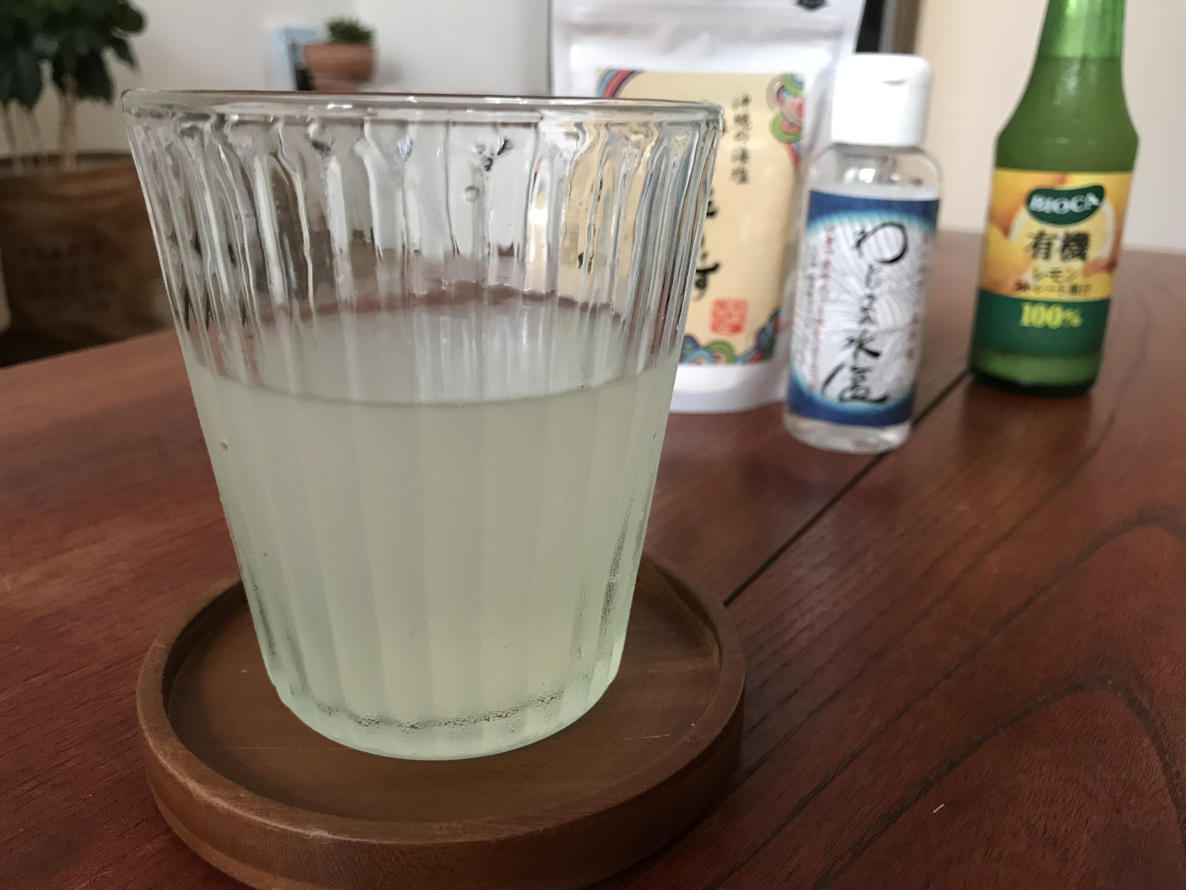 からだに沁みるレモン水。